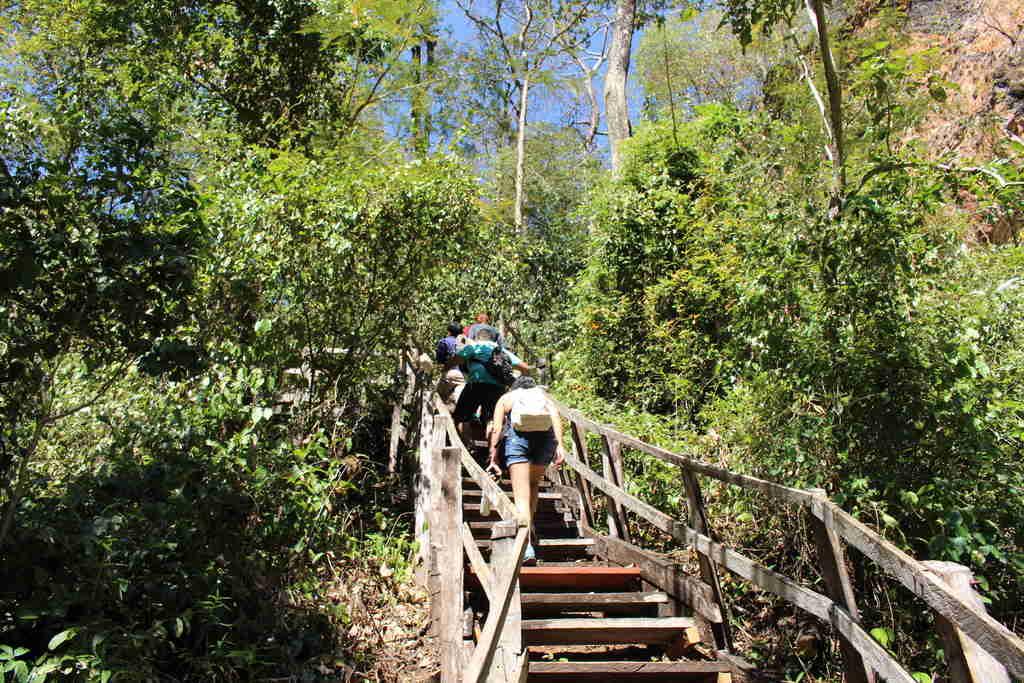 Escadaria para dolina água milagrosa