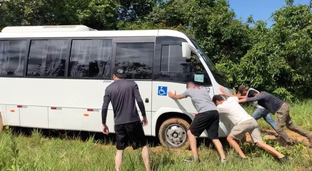 Micro ônibus atolado