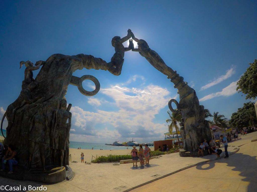 portal maya, escultura a beira da praia